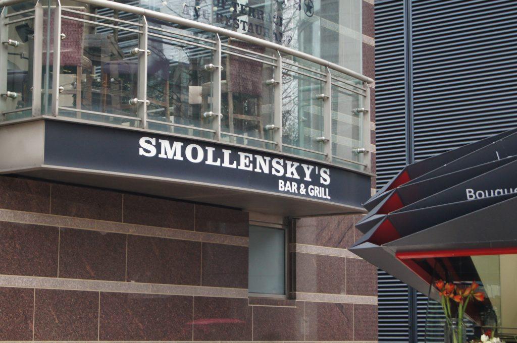 Вывеска ресторана Smollensky's