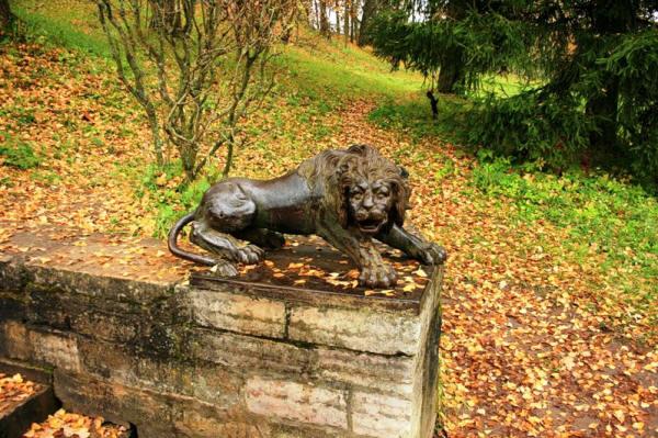 Львы на Блонье и в Павловске очень похожи