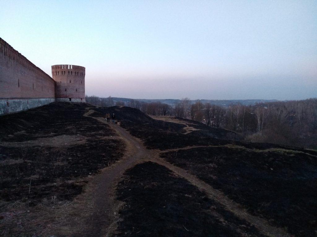 Палы травы вокруг Смоленской крепости / Фото:smolensk-guide.com