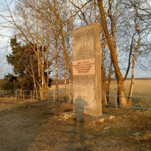 Памятный знак Николаю Пржевальскому / Фото: smolensk-guide.com