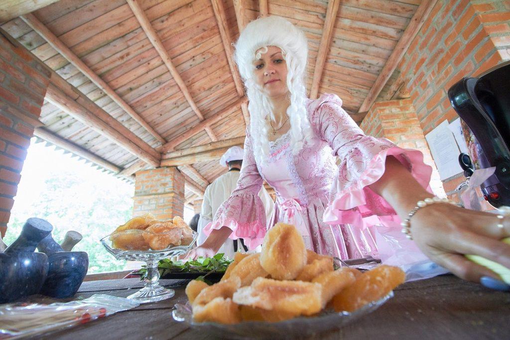 Новый туристический продукт - чаепитие с дегустацией смоленских конфектов / Фото: Денис Максимов