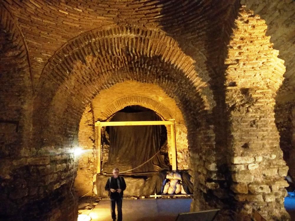 Тайные подземелья Стамбула, остатки Большого дворца под обычной кафешкой / Фото: Smolensk-guide.com